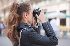 Modieuze jonge fotograaf stock foto's