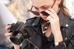 Modieuze jonge fotograaf stock fotografie