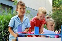 Modieuze jonge geitjes die school spelen Openlucht foto Onderwijs en van de jonge geitjesmanier concept Stock Foto