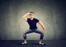 Modieuze jonge mens in denimkleding het dansen stock fotografie