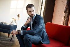 Modieuze jonge mens in een kostuum en een vlinderdas Bedrijfs stijl Modieus beeld stock fotografie