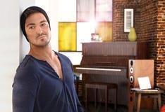 Modieuze jonge mensen thuis piano op achtergrond royalty-vrije stock fotografie