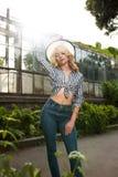 Modieuze jonge model dragende hoed en modieuze uitrusting die Ne stellen Royalty-vrije Stock Afbeelding