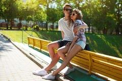Modieuze jonge paartieners in liefde Stock Afbeeldingen