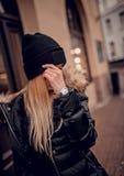 Modieuze jonge vrouw in hoed met zilveren horloge op hand stock afbeelding