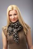 Modieuze jonge vrouw met sjaal Stock Afbeeldingen