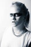 Modieuze jonge vrouw met zwarte make-up rond de ogen Royalty-vrije Stock Fotografie