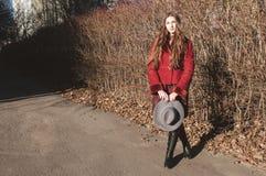Modieuze jonge vrouw, modieuze uitrusting Royalty-vrije Stock Foto's