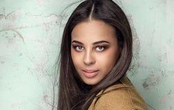 Modieuze jonge vrouw in studio royalty-vrije stock afbeeldingen
