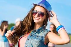 Modieuze jonge vrouw in zonnebril Stock Foto