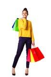 Modieuze jonge zwarte dameholding het winkelen zakken Royalty-vrije Stock Afbeeldingen