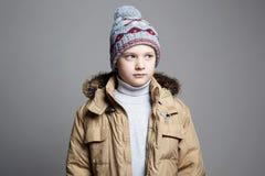 Modieuze Jongen in de winterbovenkleding stock fotografie