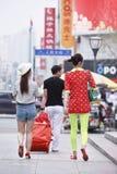 Modieuze kereltjes in stadscentrum, Tchang-tchoun, China stock afbeeldingen