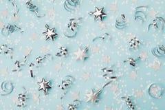 Modieuze Kerstmisachtergrond met confettien, kronkelige en zilveren sterren hoogste mening Vlak leg Royalty-vrije Stock Afbeelding