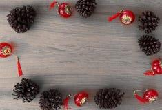 Modieuze Kerstmissamenstelling denneappels en decoratie op houten achtergrond royalty-vrije stock fotografie