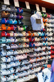 Modieuze kledingsopslag met katoenen overhemden Stock Foto's