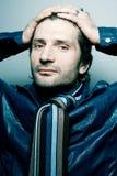 Modieuze knappe mens in blauw leerjasje royalty-vrije stock afbeelding