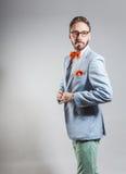 Modieuze knappe modieuze gebaarde mens in lichtblauwe blazer Royalty-vrije Stock Foto's