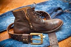Modieuze leerschoenen, leerriem en jeans. Stock Foto