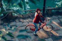 Modieuze meisjes berijdende fiets en het bekijken camera Royalty-vrije Stock Foto