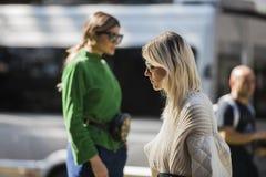 Modieuze meisjes bij de Manierweek van Milaan Stock Fotografie