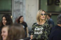 Modieuze meisjes bij de Manierweek van Milaan Stock Afbeelding
