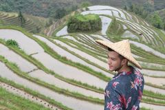 Modieuze mens in Aziatische rijstterrassen stock fotografie