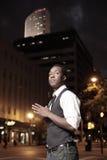 Modieuze mens in de stad bij nacht Royalty-vrije Stock Afbeelding