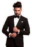 Modieuze mens in elegant zwart kostuum en bowtie Royalty-vrije Stock Foto's