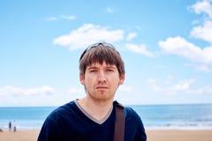 Modieuze mens op het strand royalty-vrije stock foto's