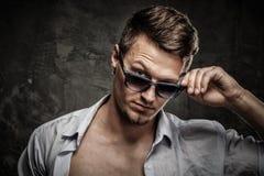 Modieuze mens in overhemd die zonnebril dragen stock afbeeldingen