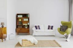 Modieuze meubels in een vlakke tijdgenoot Royalty-vrije Stock Foto