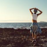 Modieuze model op het strand Vrijheid en geluk royalty-vrije stock foto's
