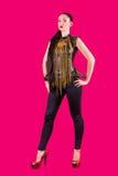 Modieuze modelvrouw op een roze achtergrond stock foto