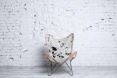 Modieuze moderne stoel met dierlijke druk in zolderbinnenland Royalty-vrije Stock Fotografie