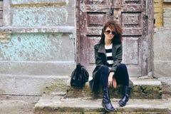 Modieuze mooie donkerbruine vrouw die zonnebril met jasje dragen Stock Afbeelding