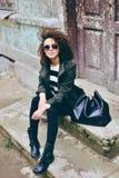 Modieuze mooie donkerbruine vrouw die zonnebril met jasje dragen Royalty-vrije Stock Afbeelding