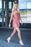 Modieuze mooie jonge vrouw die buiten lopen Royalty-vrije Stock Afbeelding