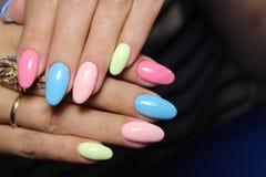modieuze multicolored manicure royalty-vrije stock afbeelding