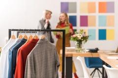 modieuze naaisters die in modern bureau met kleren werken royalty-vrije stock afbeelding