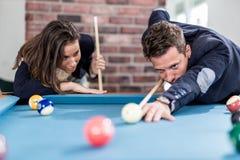 Modieuze paar het spelen snooker royalty-vrije stock foto
