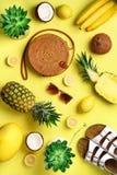Modieuze rotanzak, kokosnoot, birkenstocks, succulent, zonnebril en gele vruchten op zonnige achtergrond banner Hoogste mening royalty-vrije stock fotografie