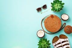 Modieuze rotanzak, succulente kokosnoot, birkenstocks, zonnebril op blauwe achtergrond banner Hoogste mening met exemplaarruimte royalty-vrije stock fotografie