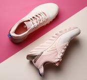 Modieuze roze nieuwe schoenen op kleurenachtergrond royalty-vrije stock afbeelding