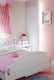 Modieuze roze slaapkamer met tweepersoonsbed Stock Foto