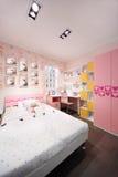 Modieuze roze slaapkamer met tweepersoonsbed Royalty-vrije Stock Afbeeldingen