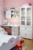 Modieuze roze slaapkamer voor meisje met bed Stock Foto's