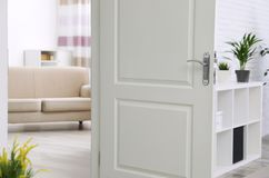 Modieuze ruimte, mening door open deur royalty-vrije stock foto