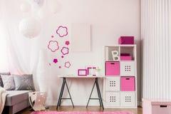 Modieuze ruimte met modern meubilair royalty-vrije stock afbeeldingen