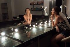 Modieuze schitterende bruid die make-up in saloo van de luxeschoonheid krijgen royalty-vrije stock fotografie
